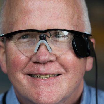 Ojo biónico le regresa la vista a un hombre después de 30 años de ceguera